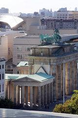 Berlin  Deutschland  Brandenburger Tor und Botschaft der USA