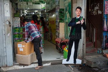 Yangon  Myanmar  Aufsteller aus Pappe vor einem Geschaeft