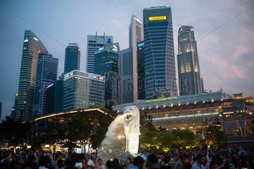 Singapur  Republik Singapur  Merlion Park und Geschaeftsviertel