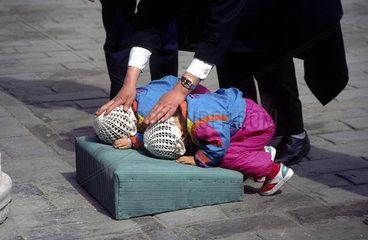 Peking  China  zwei Kleinkinder beten an einem Tempel