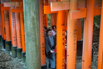 Kyoto  Japan  Japaner gehen einen Torii-Weg zum Fushimi Inari-Taisha hinauf