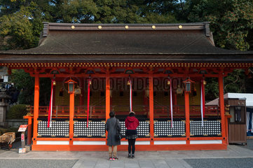 Kyoto  Japan  Menschen auf dem Tempelgelaende des Fushimi Inari-Taisha