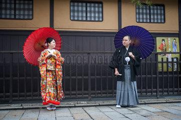 Kyoto  Japan  Junges Paar in traditionellen Gewaendern