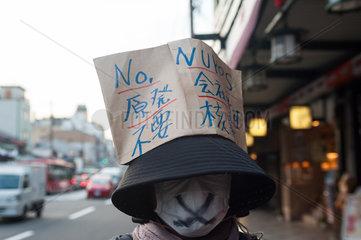 Kyoto  Japan  Eine Frau demonstriert gegen Atomwaffen