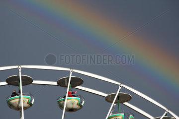 Berlin  Deutschland  Riesenrad vor einem Regenbogen