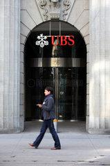 Zuerich  Schweiz  Frau laeuft vor einer Filiale der UBS Bank vorbei
