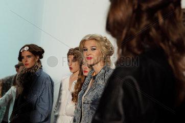 Berlin  Deutschland  Models im Backstagebereich auf der Fashion Week