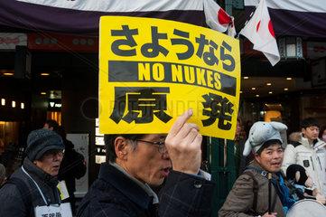 Kyoto  Japan  Ein Mann demonstriert gegen Atomwaffen