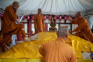Singapur  Republik Singapur  Buddhistische Moenche im Buddha Tooth Relic Tempel