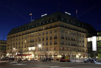 Berlin  Deutschland  das Hotel Adlon am Pariser Platz zur Blauen Stunde