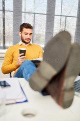 Mann macht entspannt eine Kaffeepause