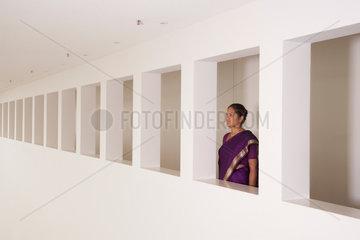 Freiburg  Deutschland  eine junge indische Businessfrau steht in einem Fenster