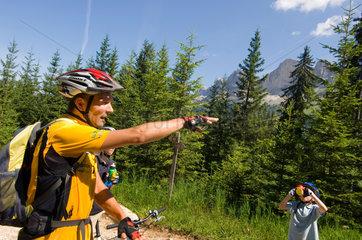 Welschnofen  Italien  Mountainbiker im Rosengarten-Gebiet