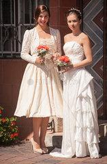 Junges gleichgeschlechtliches Paar im Hochzeitskleid