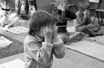 Berlin  DDR  kleine Kinder halten sich die Augen zu