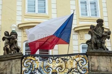 Prag  Tschechien  tschechische Flagge auf der Prager Burg
