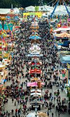 Muenchen  Deutschland  Blick ueber das Oktoberfest auf der Theresienwiese