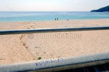 Himara  Albanien  Menschen am Strand