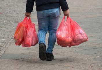 Berlin  Deutschland  Mann mit Plastik-Tragetaschen
