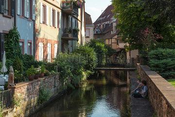 Weissenburg  Frankreich  Haeuserreihe entlang der Lauter