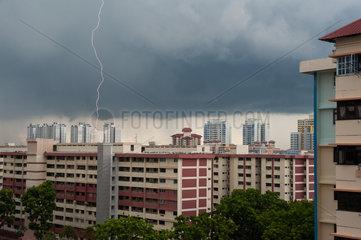 Singapur  Republik Singapur  Gewitter ueber dem Stadtteil Ang Mo Kio