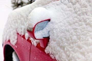 Viel Neuschnee auf einem parkenden Auto Autofahren im Winter