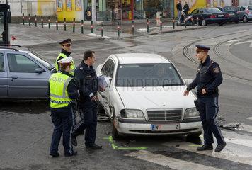 Wien  Oesterreich  Polizisten bei der Sicherung eines Verkehrsunfalls