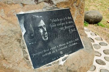 Atuona  Franzoesisch-Polynesien  Gedenkstein fuer Jacques Brel