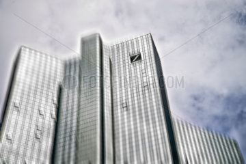 Deutsche Bank Gebaeude in Frankfurt mit Bewegungsunschaerfe