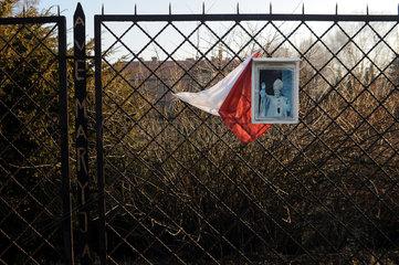 Auschwitz  Polen  Bild von Papst Johannes Paul II haengt an einem Zaun