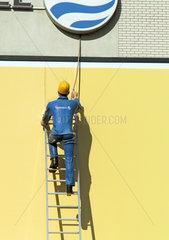 Berlin  Deutschland  Figur eines Mitarbeiters des Energieversorgers Vattenfall an einer Hauswand