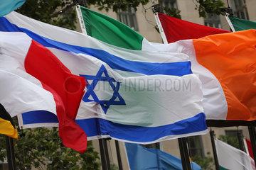 New York  USA  Nationalfahnen von Israel und Irland vor dem Rockefeller Center