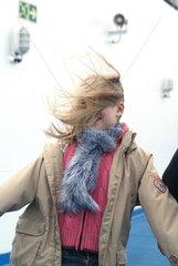 Olbia  Kind stemmt sich gegen den Wind auf einer Faehre