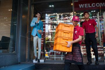 Yangon  Myanmar  Aufsteller aus Pappe vor einem Schnell-Restaurant