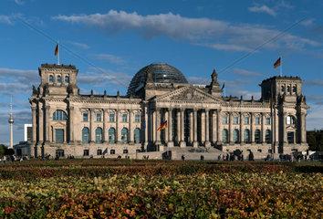 Berlin  Deutschland  Menschen vor dem Reichstagsgebaeude