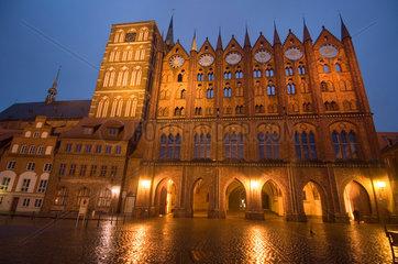 Stralsund  Deutschland  St.-Nikolai-Kirche und Stralsunder Rathaus am Abend
