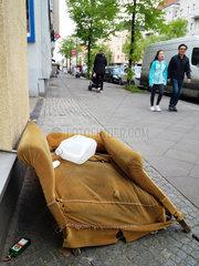 Berlin  Deutschland  Sperrmuell auf dem Buergersteig