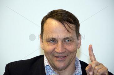 Polen  Radoslaw Sikorski  Politiker und Journalist steht sein Buch POLEN KANN BESSER SEIN vor