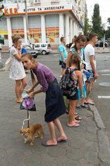 Odessa  Ukraine  Passaten an einer Strasse