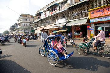 Phnom Penh  Kambodscha  Cyclos auf einer Strasse
