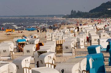 Heringsdorf  Deutschland  Besucher am Strand von Bansin