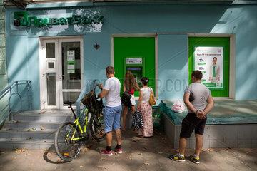 Odessa  Ukraine  Menschen am Geldautomaten