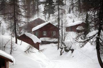 Krippenbrunn  Oesterreich  eingeschneite Holzhuetten