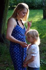 Berlin  Deutschland  junge Frau ruegt ein kleines Maedchen