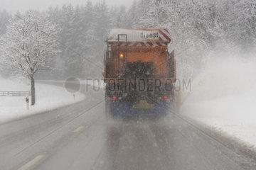 Schneeraeumer im Einsatz auf Landstrasse in Bayern