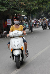 Hanoi  Vietnam  Mopedfahrerin auf der Strasse