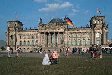 Berlin  Deutschland  Menschen auf dem Platz der Republik vor dem Recihstag