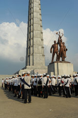 Pjoengjang  Nordkorea  eine Gruppe Schueler am Chuche-Turm