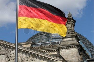 Deutschlandfahne ueber dem Reichstagsgebaeude