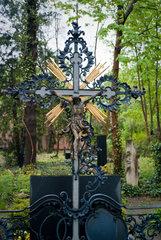 Berlin  Deutschland  Grabkreuz mit Jesusfigur auf dem alten Domfriedhof der St. Hedwigsgemeinde